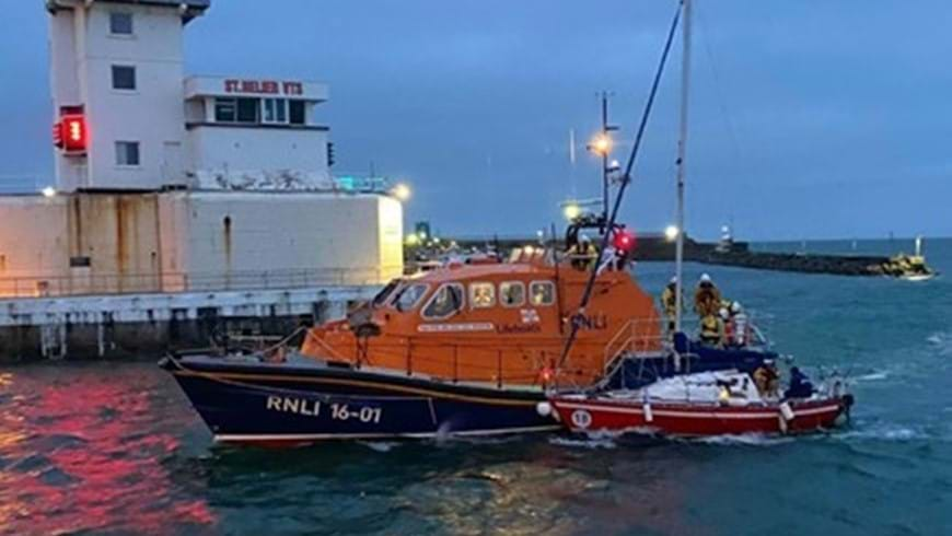 St Helier ALB assists sailing boat on south coast of Jersey image2